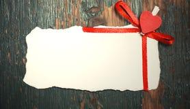 La feuille blanche de notes d'amour de papier et le coeur forment Image libre de droits