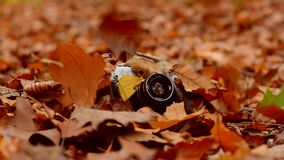 La feuille d'automne tombe sur le vieil appareil-photo clips vidéos