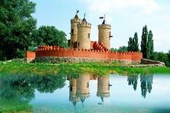 La fiaba gradisce il campo da giuoco medievale dei bambini del mattone rosso del castello vago Immagini Stock Libere da Diritti