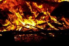 La fiamma bruciante di un fuoco di notte fotografie stock libere da diritti
