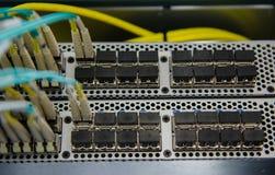 La fibra conecta con el interruptor del SAN Fotografía de archivo