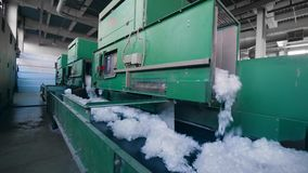La fibra de poliéster produjo en una fábrica moderna, moviendo encendido un transportador almacen de metraje de vídeo