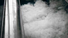 La fibra suave se mueve en un transportador del metal en una fábrica almacen de video