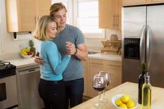 La fidanzata della donna e dell'uomo recentemente ha impegnato il dancing nella casa come divertiresi delle coppie Fotografia Stock