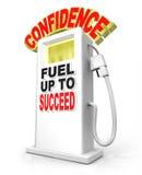 La fiducia fa il pieno riesce l'atteggiamento sicuro di poteri della pompa di gas Fotografie Stock