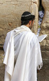 La fiel judía ruega en la pared que se lamenta un sitio religioso judío importante en Jerusalén, Israel. Imagen de archivo