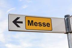 La fiera campionaria firma in tedesco Messe con la freccia Fotografia Stock Libera da Diritti