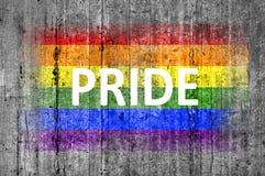 La fierté et le drapeau de LGBT peint sur le fond donnent au béton une consistance rugueuse gris Photo libre de droits