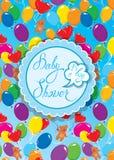 La fiesta de bienvenida al bebé con el marco, los balones de aire y el peluche redondos refiere el bl Fotografía de archivo