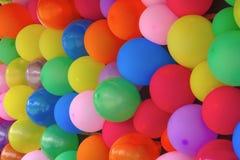 La fiesta de cumpleaños de muchos globos colorea sorpresa de la diversión de las decoraciones del aniversario fotos de archivo
