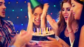 La fiesta de cumpleaños feliz de los amigos con la celebración de la vela se apelmaza Foto de archivo libre de regalías