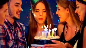 La fiesta de cumpleaños feliz de los amigos con la celebración de la vela se apelmaza Fotos de archivo libres de regalías