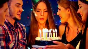 La fiesta de cumpleaños feliz de los amigos con la celebración de la vela se apelmaza Fotografía de archivo