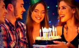 La fiesta de cumpleaños feliz de los amigos con la celebración de la vela se apelmaza Fotografía de archivo libre de regalías