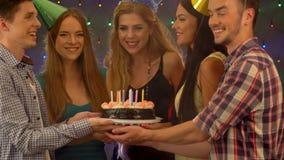 La fiesta de cumpleaños feliz de los amigos con la celebración de la vela se apelmaza metrajes