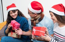 La fiesta de Navidad con los amigos, gente de Asia intercambia el regalo y el givi Fotografía de archivo libre de regalías