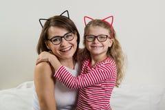 La figlia abbraccia amoroso sua madre Genitore e bambino nel g fotografia stock libera da diritti