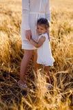 La figlia con la madre fotografia stock libera da diritti