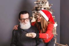 La figlia dà un regalo al suo papà immagini stock libere da diritti