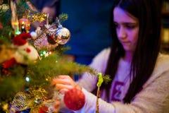 La figlia decora l'albero di Natale Immagine Stock Libera da Diritti