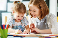 La figlia del bambino e della madre assorbe la creatività nell'asilo Immagini Stock Libere da Diritti