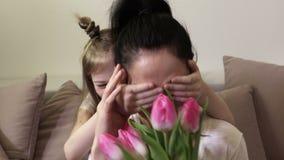 La figlia desidera la mamma buona Festa della Mamma stock footage