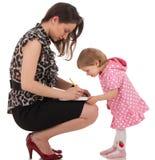 La figlia sta controllando l'organizzatore della mamma Fotografie Stock Libere da Diritti