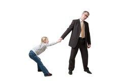 La figlia tira il padre per la mano immagine stock libera da diritti