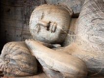 La figura adagiantesi di Buddha a Gal Vihara, Polonnaruwa, Sri L fotografia stock
