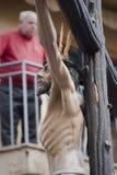 La figura de Jesús en la cruz talló en madera del escultor Gabino Amaya Guerrero Imagenes de archivo