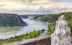 La figura de Loreley y el valle del Rin ajardinan el sankt Goarshausen Ger fotos de archivo