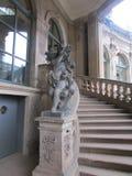 La figura de mármol de un niño, bordada con las rosas, el palacio de Zwinger, Dresden foto de archivo