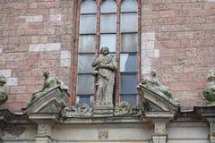 La figura de San Pedro en la pared de la iglesia de St Peters en la Riga vieja Fotografía de archivo libre de regalías