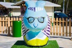 La figura de un conejo con un primero plano en azul y de vidrios en su cara Decoración hermosa de pascua Fotos de archivo