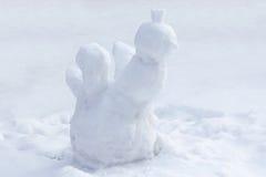 La figura de un gallo hecho de nieve r Fotos de archivo