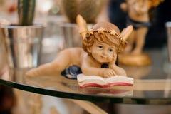 La figura de un pequeño ángel Decoración interior Foco selectivo Imagen de archivo libre de regalías