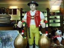 La figura del appenzeller tradicional en una tienda de souvenirs imágenes de archivo libres de regalías