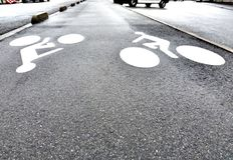 La figura del ciclista sul percorso della bici immagini stock libere da diritti
