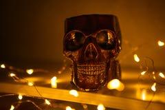 La figura del cranio brucia con luce gialla fotografia stock libera da diritti