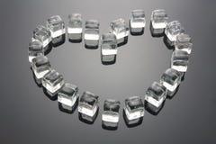 La figura del cuore si è formata dai cubi di ghiaccio Immagini Stock Libere da Diritti