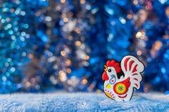 La figura del gallo di simbolo 2017 su un bello bokeh del fondo Fotografia Stock Libera da Diritti