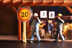 La figura del trabajador de construcción lleva el modelo de madera Fotos de archivo libres de regalías