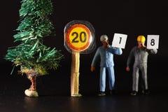 La figura del trabajador de construcción lleva el papel Fotos de archivo libres de regalías