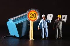 La figura del trabajador de construcción lleva el papel Fotos de archivo
