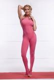 La figura delgada atlética perfecta rubia atractiva hermosa dedicada a yoga, a ejercicio o a aptitud, lleva una forma de vida san Fotos de archivo libres de regalías
