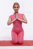 La figura delgada atlética perfecta rubia atractiva hermosa dedicada a yoga, a ejercicio o a aptitud, lleva una forma de vida san Fotografía de archivo