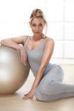 La figura delgada atlética perfecta rubia atractiva hermosa dedicada a yoga, a ejercicio o a aptitud, lleva una forma de vida san Imagen de archivo