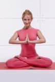 La figura delgada atlética perfecta rubia atractiva hermosa dedicada a yoga, a ejercicio o a aptitud, lleva una forma de vida san Fotografía de archivo libre de regalías