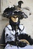 La figura di carnevale di Venezia in un costume in bianco e nero colourful e l'oro mascherano Venezia Italia Fotografia Stock Libera da Diritti