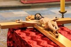 La figura di legno di Gesù ha crocifitto, nella chiesa durante la Pasqua Fotografia Stock